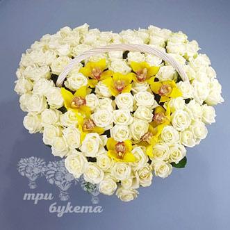 Сердце из розы и орхидей в корзине